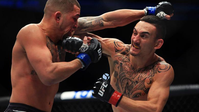 TORONTO, ON - DECEMBER 10:  Max Holloway (R) of the United States fights Anthony Pettis (L) of the United States for the Interim Featherweight Title during the UFC 206 event at Air Canada Centre on December 10, 2016 in Toronto, Canada.  (Photo by Vaughn R