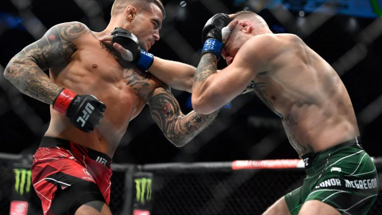 Dustin Poirier golpeia Conor McGregor no UFC 264.