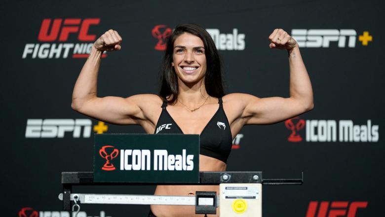 Mackenzie Dern posa com os braços flexionados na pesagem do UFC Vegas 39