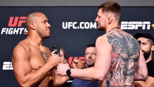 Encarada entre Ciryl Gane e Alexander Volkov na pesagem do UFC Vegas 30