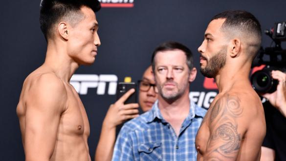 Chan Sung Jung e Dan Ige ficam frente a frente na pesagem do UFC Vegas 29.