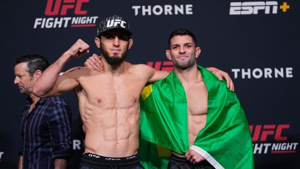 Islam Makhachev e Thiago Moisés se abraçam na pesagem do UFC Vegas 31