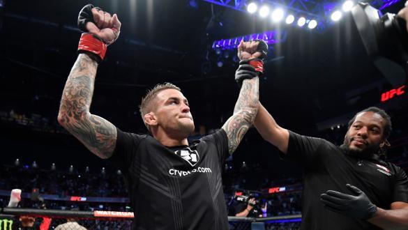 Dustin Poirier tem o braço erguido após a vitória sobre Conor McGregor no UFC 264