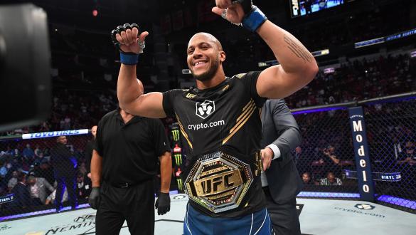 Ciryl Gane nocauteia Derrick Lewis e se torna o campeão interino dos pesados no UFC 265