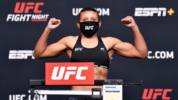Josiane Nunes posa de máscara na pesagem do UFC Vegas 24