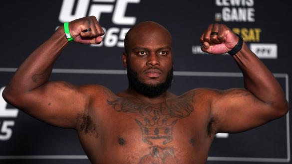 Derrick Lewis posa com os braços flexionados na pesagem do UFC 265