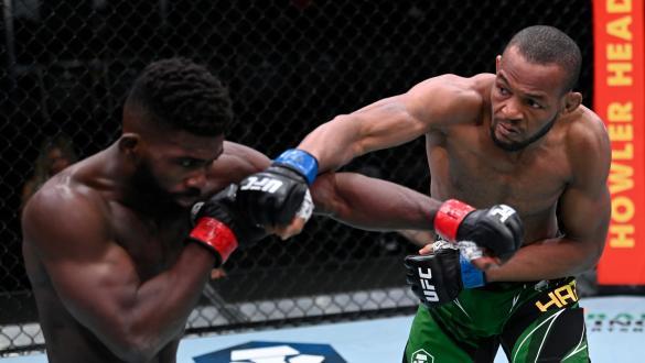 Carlston Harris conecta soco em Impa Kasanganay no UFC Vegas 37