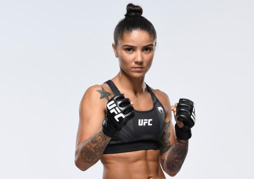 Istela Nunes posa com a guarda alta e uniforme do UFC em fundo neutro antes de sua estreia no UFC Vegas 40