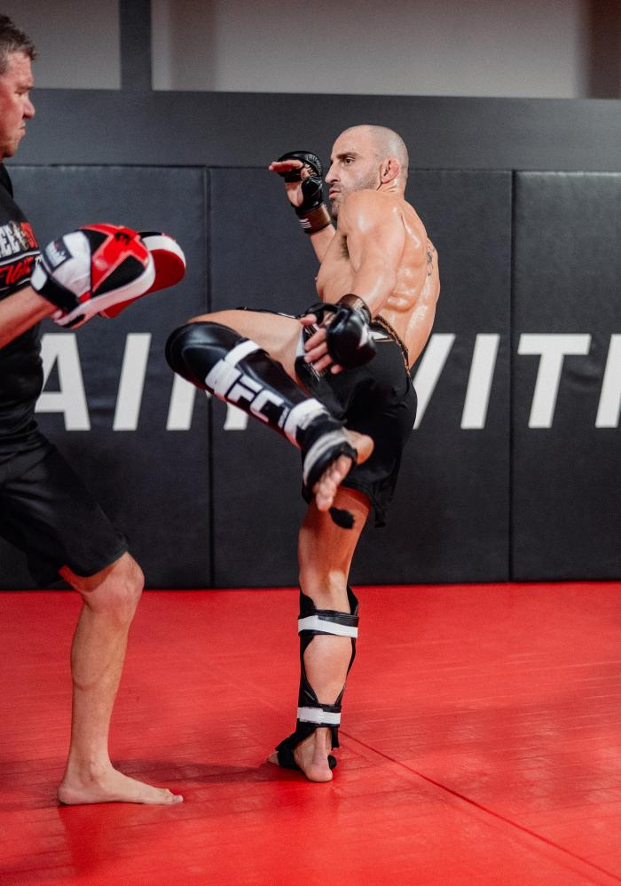 Alexander Volkanovski trains at the UFC Performance Institute on September 22, 2021. (Photo by Zac Pacleb)