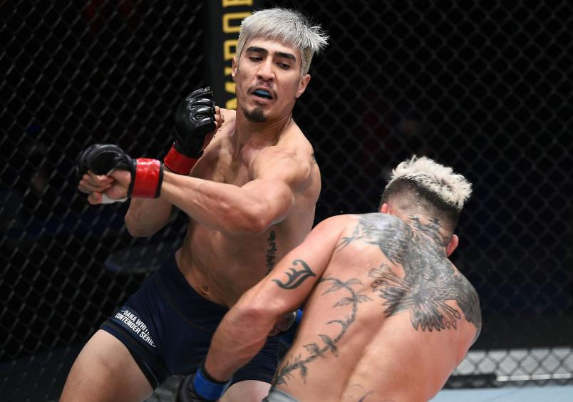 (L-R) Luis Saldana punches Vince Murdock in a featherweight fight during Dana White's Contender Series season four, week eight at UFC APEX on November 04, 2020 in Las Vegas, Nevada. (Photo by Chris Unger/DWCS LLC/Zuffa LLC)