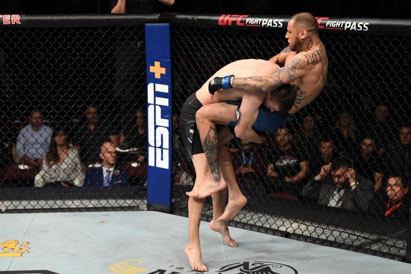 Тим Минс побеждает Даниэля Родригеса в бою в полусреднем весе во время мероприятия UFC Fight Night в Santa Ana Star Center 15 февраля 2020 года в Рио-Ранчо, Нью-Мексико.  (Фото Джоша Хеджеса / Zuffa LLC через Getty Images)