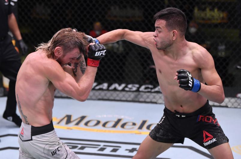 Брэндон Ройваль ударил Тима Эллиотта в поединке наилегчайшего веса во время мероприятия UFC Fight Night на UFC APEX 30 мая 2020 года в Лас-Вегасе, штат Невада.  (Фото Джеффа Боттари / Zuffa LLC через Getty Images)