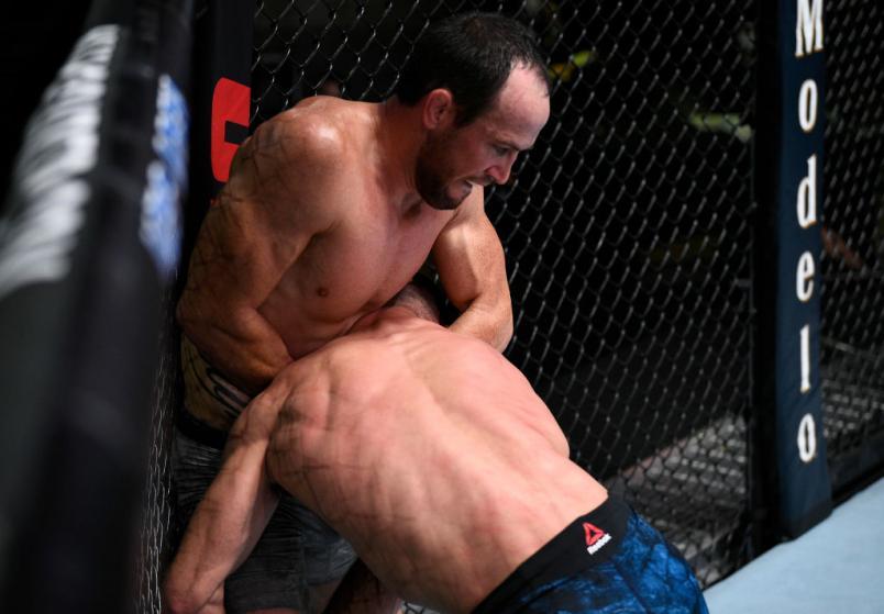 ЛАС-ВЕГАС, НЕВАДА - 19 СЕНТЯБРЯ: (LR) Дэймон Джексон работает над тем, чтобы обеспечить представление против Мирсада Бектича в их поединке в полулегком весе во время мероприятия UFC Fight Night на UFC APEX 19 сентября 2020 года в Лас-Вегасе, Невада. (Фото Криса Унгера / Zuffa LLC)