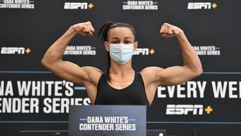 Maria Silva posa com os braços flexionados na pesagem do Dana White's Contender Series