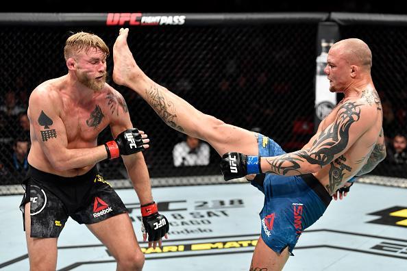 Anthony Smith kicks Alexander Gustafsson