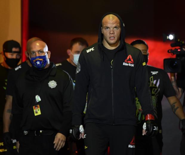 Anthony Smith prepares to fight Aleksandar Rakic of Austria in their light heavyweight fight during the UFC Fight Night event at UFC APEX on August 29, 2020 in Las Vegas, Nevada. (Photo by Jeff Bottari/Zuffa LLC)