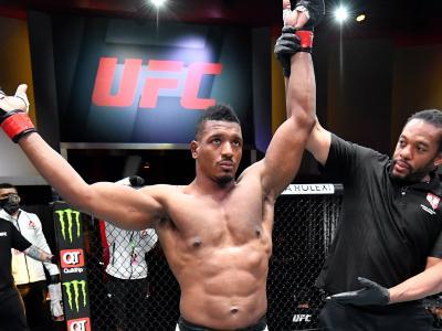 """Alonzo Menifield finaliza Fabio Cherant com um """"Von Flue Choke"""" no UFC 260"""