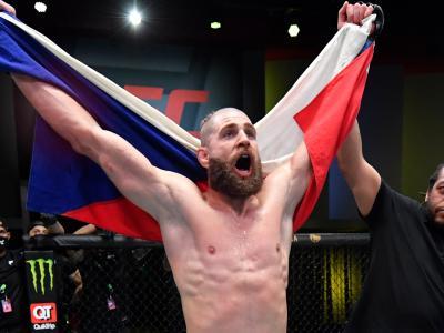 Jiri Prochazka nocauteia Dominick Reyes de forma espetacular na luta principal do UFC Vegas 25