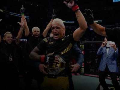 Charles do Bronx tem a mão erguida e recebe o cinturão peso-leve no UFC 262.
