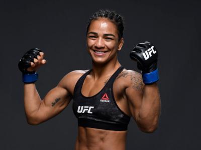 Viviane Araújo posa com os punhos erguidos após a vitória sobre Roxanne Modafferi nos bastidores do UFC Fight Island 8.