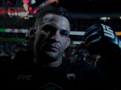 Dustin Poirier deixa o Octógono com o punho erguido após vencer Conor McGregor no UFC 264