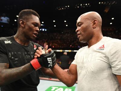 Israel Adesanya e Anderson Silva se cumprimentam após luta