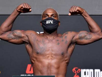 Derek Brunson posa com os braços flexionados na pesagem do UFC Vegas 36