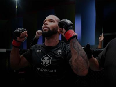 Thiago Marreta comemora com os braços para cima após ser declarado vencedor da luta com Johnny Walker no UFC Vegas 38