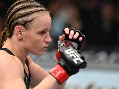 Valentina Shevchenko com a guarda alta durante luta com Lauren Murphy no UFC 266