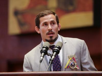 Marlon Vera receives a congressional medal for sporting merit in Ecuador