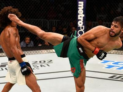 SALT LAKE CITY, UT - AUGUST 06:  (R-L) Yair Rodriguez of Mexico kicks Alex Caceres in their featherweight bout during the UFC Fight Night event at Vivint Smart Home Arena on August 6, 2016 in Salt Lake City, Utah. (Photo by Jeff Bottari/Zuffa LLC/Zuffa LL